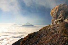 visión desde el volcán. Volcán sobre un ver de nubes Imágenes de archivo libres de regalías