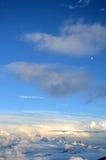 Visión desde Elbrus en las nubes antes de la tormenta fotos de archivo libres de regalías