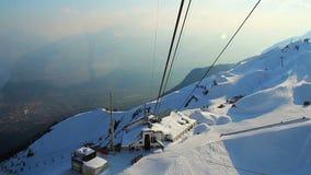 Visión desde esquiadores de elevación de la cabina del cablecarril a la selección nevosa de la montaña almacen de metraje de vídeo