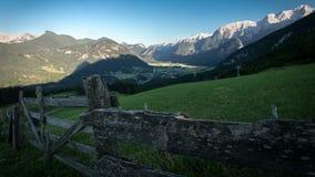 Visión desde Haus Loderbichl en timelapse de la ciudad austríaca de las montañas y de Lofer metrajes