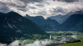 Visión desde Haus Loderbichl en timelapse de la ciudad austríaca de las montañas y de Lofer almacen de video