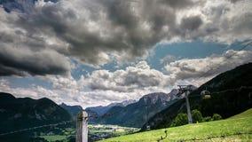 Visión desde Haus Loderbichl en timelapse de la ciudad austríaca de las montañas y de Lofer almacen de metraje de vídeo