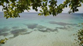Visión desde la altura del balcón al océano y a los arrecifes de coral de las aguas poco profundas de las zonas tropicales filipi almacen de metraje de vídeo