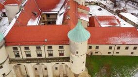 Visión desde la altura del castillo en Nowy Wisnicz en el invierno, Polonia