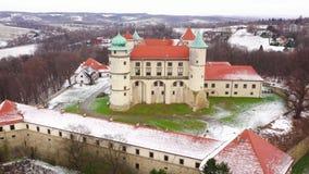 Visión desde la altura del castillo en Nowy Wisnicz en el invierno, Polonia Filmado a las diversas velocidades: normal y acelerad