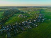 visión desde la altura del pueblo de la cabaña en la puesta del sol Rusia Imagen de archivo