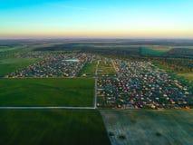 visión desde la altura del pueblo de la cabaña en la puesta del sol Rusia Imagen de archivo libre de regalías