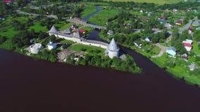Visión desde la altura en la fortaleza vieja de Ladoga, vídeo aéreo del día soleado Staraya Ladoga, Rusia almacen de video