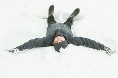 Visión desde la cabeza del niño que pone completamente en nieve Foto de archivo libre de regalías