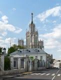 Visión desde la calle de Goncharnaya del rascacielos de Stalin en Moscú Imagenes de archivo