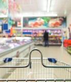 Visión desde la carretilla del carro de la compra en la tienda del supermercado retail Fotos de archivo libres de regalías
