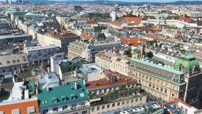 Visión desde la catedral del ` s de St Stephen sobre el cuadrado de Stephansplatz en Viena, capital de Austria el día soleado metrajes