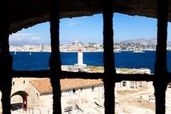 Visión desde la celda de prisión del d'If del castillo francés En el fondo, Marsella, Francia Imagen de archivo