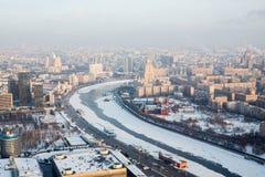 Visión desde la ciudad de Moscú en el paisaje con Casa Blanca Foto de archivo