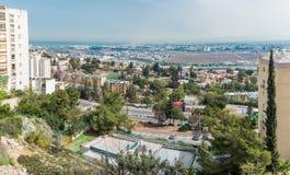Visión desde la ciudad de Nesher a los suburbios y a Haifa Bay imagenes de archivo