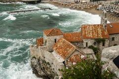 Visión desde la ciudad vieja a la playa del mar foto de archivo libre de regalías