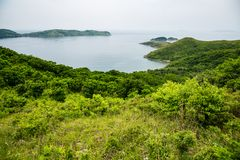 Visión desde la colina a la bahía imagenes de archivo