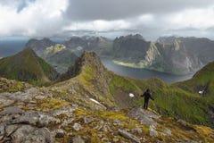 Visión desde la colina con el musgo a las montañas y al lago Foto de archivo