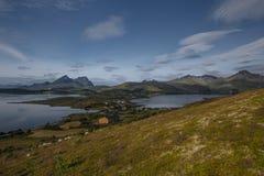 Visión desde la colina con el musgo a las montañas y a la bahía Imagen de archivo libre de regalías
