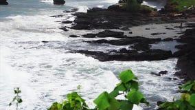 Visión desde la colina de la costa costa con las ondas que caen en orillas en día de verano ventoso metrajes