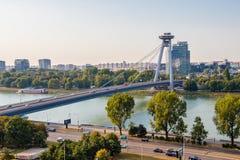 Visión desde la colina de la fortaleza de Bratislava en el río Danubio y el puente SNP fotos de archivo