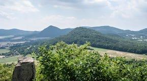 Visión desde la colina de Ostry en montañas del stredohori de Ceske en República Checa Fotografía de archivo