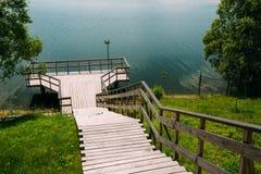 Visión desde la colina a las escaleras abajo a la plataforma de madera de la visión por encima de la superficie Imagen de archivo