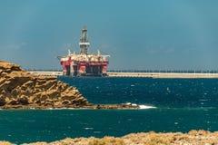 Visión desde la costa del aparejo costero del aceite amarrado en el puerto de granadilla en Tenerife imagen de archivo