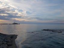 Visión desde la costa en Grecia con el cielo hermoso y el mar azul imágenes de archivo libres de regalías