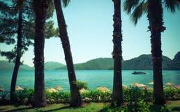 Visión desde la costa verde a la bahía del mar Imagen de archivo
