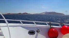 Visión desde la cubierta de la nave en el mar almacen de metraje de vídeo