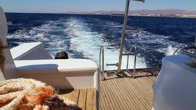 Visión desde la cubierta de la nave en el mar almacen de video