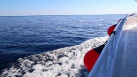 Visión desde la cubierta de la nave en el mar metrajes