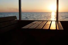 Visión desde la cubierta de la puesta del sol hermosa Persona de Unrecognazible que tiene 'promenade' en el barco de cruceros, ad Imágenes de archivo libres de regalías