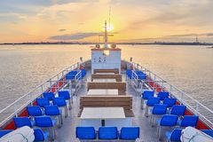 Visión desde la cubierta de 'promenade' a la navegación del barco de placer en la puesta del sol imagen de archivo libre de regalías