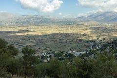 Visión desde la cueva de la cueva de Psychro de Zeus en la meseta de Lasithi, Creta, Grecia imagen de archivo libre de regalías