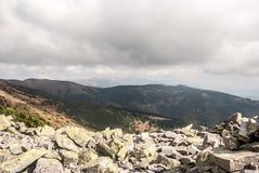 Visión desde la cumbre de la colina de Prasiva en las montañas de Nizke Tatry en Eslovaquia Fotos de archivo libres de regalías
