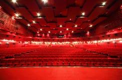 Visión desde la etapa en filas de sillas en cine fotografía de archivo