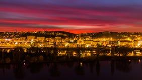 Visión desde la extremidad meridional de la fortaleza de Vysehrad en el río Moldava en noche, Praga Foto de archivo