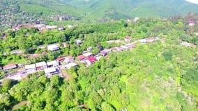 Visión desde la fortaleza antigua en Sighnaghi, Georgia Una vista desde arriba del paisaje de la ciudad y de las montañas E metrajes