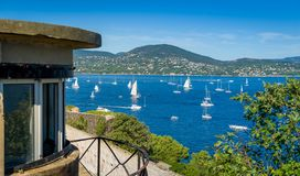 Visión desde la fortaleza de la ciudad a la bahía con ancladero del yate en Saint Tropez fotografía de archivo