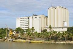 Visión desde la fortaleza de Ozama al edificio industrial en el lado opuesto del río de Ozama en Santo Domingo céntrico foto de archivo