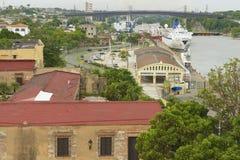Visión desde la fortaleza de Ozama al lado del río de Ozama en Santo Domingo, República Dominicana fotos de archivo