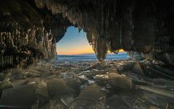 Visión desde la gruta durante puesta del sol en el lago Baikal congelado imagen de archivo libre de regalías