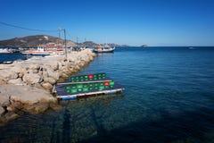 Visión desde la isla de Agios Sostis y del camafeo Una pequeña isla hermosa con el puente de madera y la turquesa riegan Zakyntho Foto de archivo libre de regalías
