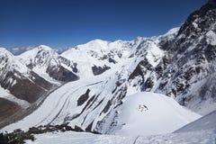 Visión desde la ladera del pico de Khan Tengri, Shan de Tian fotos de archivo