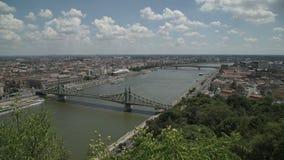 Visión desde la montaña al panorama del camino del puente de la ciudad almacen de video