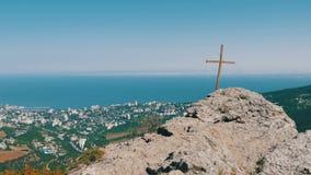 Visión desde la montaña de Stavri-Kaya, en el mar y la ciudad de Yalta almacen de metraje de vídeo