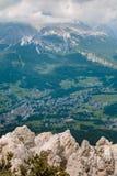 Visión desde la montaña del pueblo típico en las dolomías italianas A Foto de archivo libre de regalías