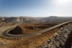 Visión desde la montaña en el camino en Negev Fotografía de archivo libre de regalías
